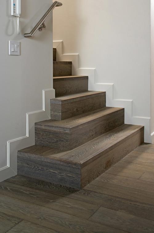 Ступени лестницы коричневого цвета