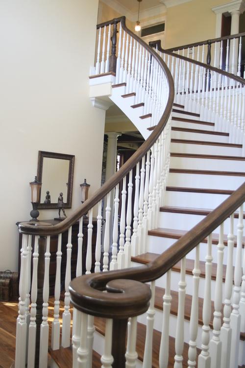 Сочетание белого и коричневого в классической лестнице