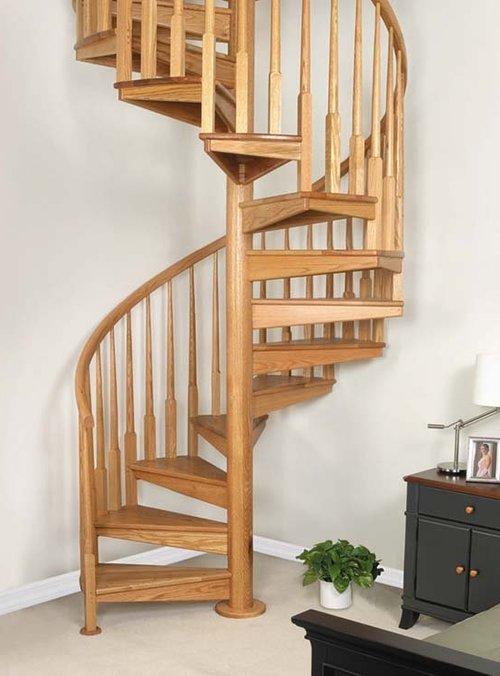 Классическая винтовая деревянная лестница