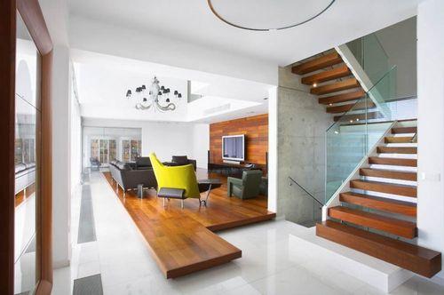 Деревянная лестница в современном интерьере