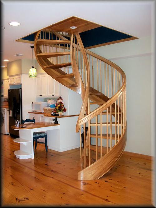 Винтовая лестница в интерьере кухни