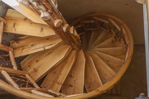 Бревенчатая спиральная лестница