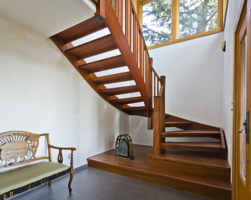 Лестница без подступенков из дерева