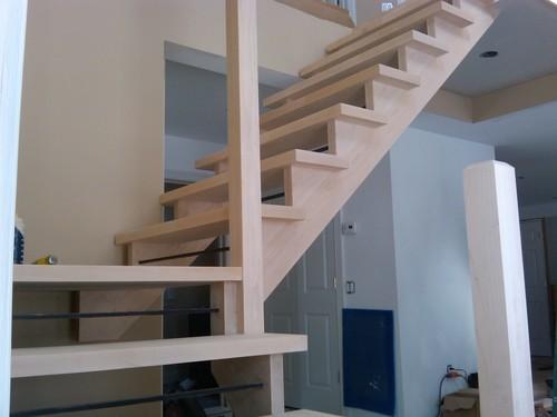 Г-образная лестница в интерьере