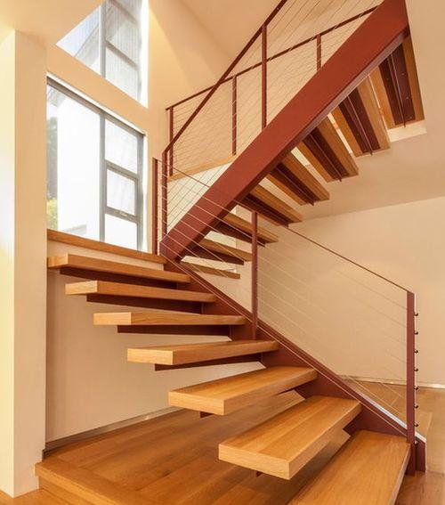 Деревянные ступени металлической лестницы