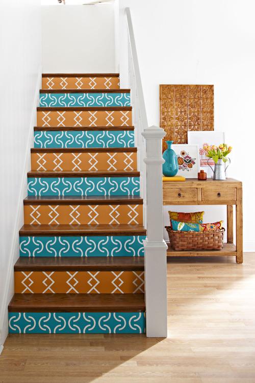 Окрашенные ступени лестницы