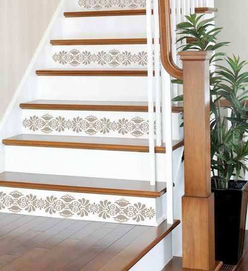 Деревянная лестница с узором на ступенях
