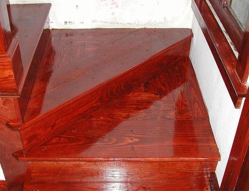 Лакированная лестница из дерева