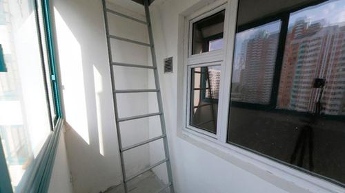 Типовая пожарная лестница на балконе