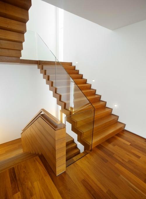 Лестница из дерева с применением стекла