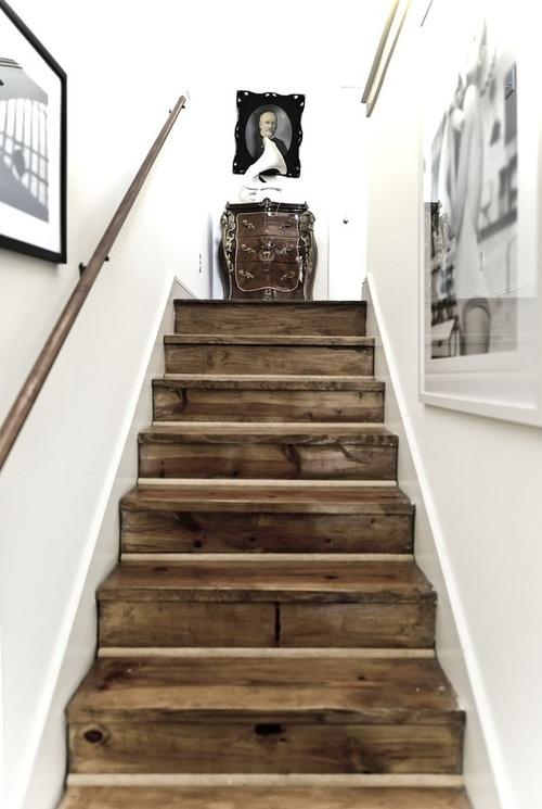 Лестница из необработанного дерева