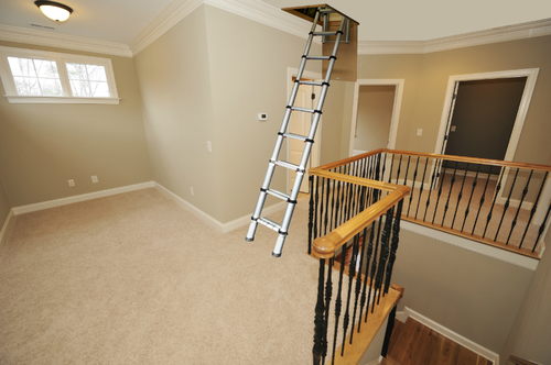 Складная лестница на чердак в доме
