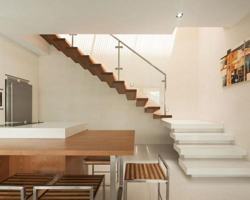 Красивая деревянная лестница с поворотом