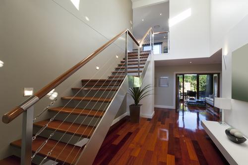 Металлическая лестница с деревянными ступенями