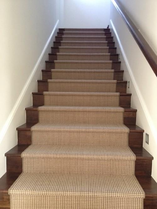 Деревянная лестница с покрытием из ковролина