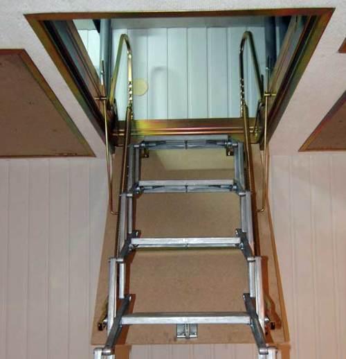 Металлический вариант откидной чердачной лестницы