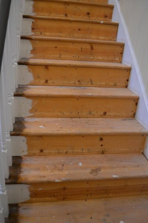 Лестница в процессе покраски