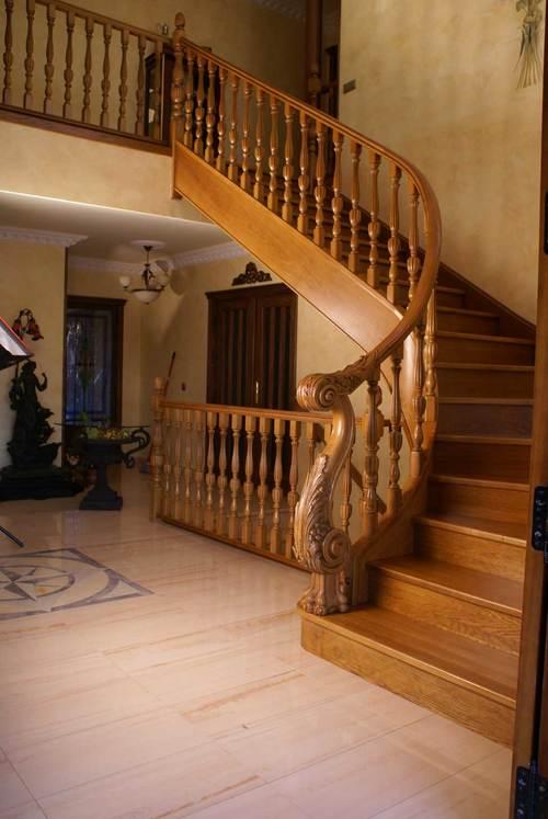 Классическая лакированная лестница