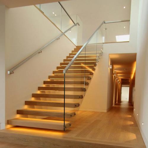 Прямая лестница со стеклянными перилами