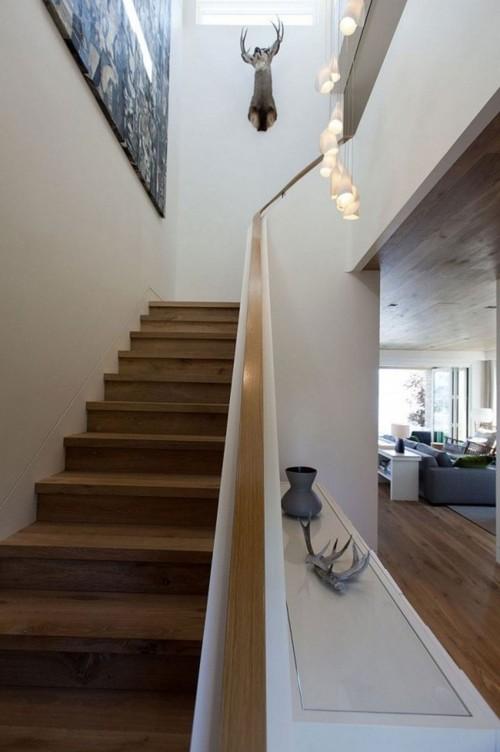 Деревянная маршевая лестница в большом доме