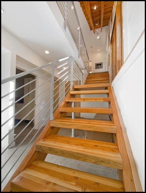 Деревянная лестница с металлическими периллами