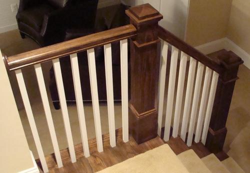 Вид на балясины деревянной лестницы