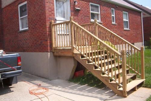 Входная лестница кирпичного дома