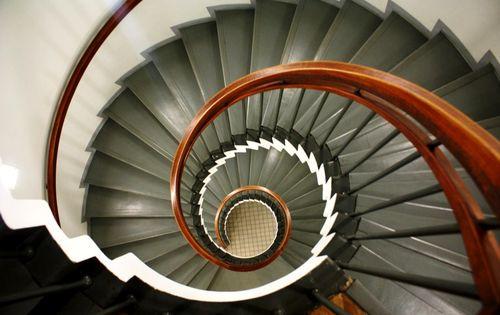 Какими должны быть перила для винтовой лестницы